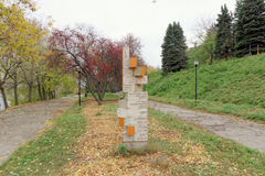 nizhny novgorod Ρωσία - 13 Οκτωβρίου 2016 Ξύλινος δείκτης με μια απόσταση στις διάφορες ενδιαφέρουσες θέσεις στον κήπο του Αλεξάν Στοκ φωτογραφία με δικαίωμα ελεύθερης χρήσης