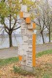 nizhny novgorod Ρωσία - 13 Οκτωβρίου 2016 Ξύλινος δείκτης με μια απόσταση στις διάφορες ενδιαφέρουσες θέσεις στον κήπο του Αλεξάν Στοκ εικόνες με δικαίωμα ελεύθερης χρήσης