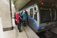 Nizhny Novgorod, РОССИЯ - 02 11 2015 Люди приходят Стоковая Фотография RF