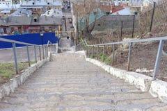 nizhny novgorod Россия - 22-ое апреля 2016 Крутые лестницы от высокого банка реки Oka к рождеству улицы Стоковое Фото