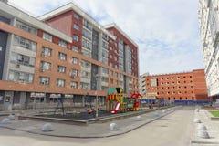 nizhny novgorod Россия - 26-ое апреля 2016 Оборудованный район двора с спортивной площадкой детей на улице Nevzorov 64 Стоковые Фото