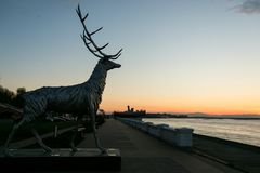 Nizhny Novgorod, Россия 25-ое июля 2017: metal скульптура оленя на обваловке Символ города стоковое изображение rf