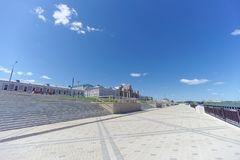 nizhny novgorod Россия - 15-ое июня 2018 Заново построенный обваловка Nizhnevolzhskaya на банках реки Oka Стоковое Изображение RF