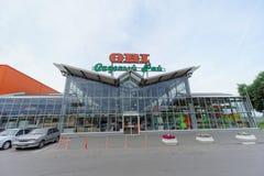 nizhny novgorod Россия - 8-ое июля 2016 Магазин ОБИ продает инструменты и материалы с припаркованными автомобилями Стоковая Фотография RF