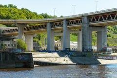 Nizhny Novgorod Ansicht der konkreten Unterstützung der Metro-Brücke Franc Lizenzfreies Stockfoto