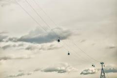 Nizhny Novgorod - Bor-kabelbaan met cabines op hemelachtergrond Royalty-vrije Stock Foto's