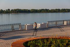 Nizhny Novgorod La Russia 20 giugno 2018 Argine aggiornato di nizhnevolzhskaya vicino alla stazione del fiume immagini stock libere da diritti