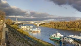 Nizhny Novgorod Ponte de Kanavinsky através do rio de Oka Imagens de Stock