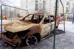 Nizhny Novgorod, Rússia - 6 de abril 2016 Carro queimado na jarda imagem de stock royalty free
