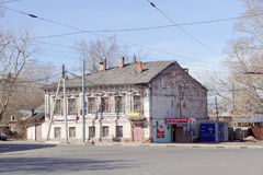 Nizhny Novgorod, Rússia - 10 de abril 2017 Casa de apartamento do tijolo na rua Malaya Yamskaya 53 Fotos de Stock Royalty Free
