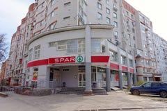 Nizhny Novgorod, Rússia - 26 de abril 2016 SPAR a loja na interseção de Izhora e de Genkina imagem de stock royalty free