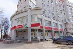 Nizhny Novgorod, Rússia - 26 de abril 2016 SPAR a loja na interseção de Izhora e de Genkina foto de stock royalty free