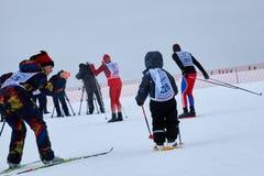 NIZHNY NOVGOROD, RÚSSIA - 11 DE FEVEREIRO DE 2017: Ski Competition Russia 2017 Azul, placa, pensionista, embarque, exercício, ext Imagens de Stock Royalty Free