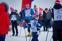 NIZHNY NOVGOROD, RÚSSIA - 11 DE FEVEREIRO DE 2017: Ski Competition Russia 2017 Azul, placa, pensionista, embarque, exercício, ext Fotos de Stock