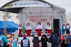 NIZHNY NOVGOROD, RÚSSIA - 11 DE FEVEREIRO DE 2017: Ski Competition Russia 2017 Azul, placa, pensionista, embarque, exercício, ext Foto de Stock