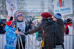 NIZHNY NOVGOROD, RÚSSIA - 11 DE FEVEREIRO DE 2017: Ski Competition Russia 2017 Azul, placa, pensionista, embarque, exercício, ext Fotografia de Stock