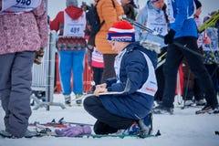 NIZHNY NOVGOROD, RÚSSIA - 11 DE FEVEREIRO DE 2017: Ski Competition Russia 2017 Azul, placa, pensionista, embarque, exercício, ext Imagem de Stock Royalty Free