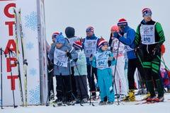 NIZHNY NOVGOROD, RÚSSIA - 11 DE FEVEREIRO DE 2017: Ski Competition Russia 2017 Azul, placa, pensionista, embarque, exercício, ext Fotografia de Stock Royalty Free