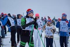 NIZHNY NOVGOROD, RÚSSIA - 11 DE FEVEREIRO DE 2017: Ski Competition Russia 2017 Azul, placa, pensionista, embarque, exercício, ext Foto de Stock Royalty Free