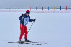 NIZHNY NOVGOROD, RÚSSIA - 11 DE FEVEREIRO DE 2017: Ski Competition Russia 2017 Azul, placa, pensionista, embarque, exercício, ext Imagem de Stock