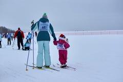 NIZHNY NOVGOROD, RÚSSIA - 11 DE FEVEREIRO DE 2017: Ski Competition Russia 2017 Azul, placa, pensionista, embarque, exercício, ext Imagens de Stock