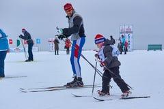 NIZHNY NOVGOROD, RÚSSIA - 11 DE FEVEREIRO DE 2017: Ski Competition Russia 2017 Azul, placa, pensionista, embarque, exercício, ext Fotos de Stock Royalty Free