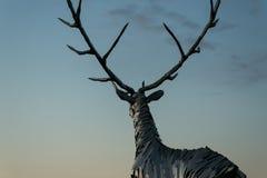 Nizhny Novgorod, Rússia 25 de julho de 2017: metal a escultura de um cervo na terraplenagem O símbolo da cidade imagens de stock