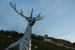 Nizhny Novgorod, Rússia 25 de julho de 2017: metal a escultura de um cervo na terraplenagem O símbolo da cidade fotos de stock royalty free