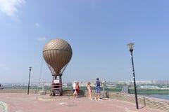Nizhny Novgorod, Rússia - 28 de julho 2016 Monumento à rua de Jules Verne Zalomova no banco alto na interseção do Oka a Fotografia de Stock Royalty Free