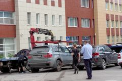 Nizhny Novgorod, Rússia - 14 de julho 2016 O caminhão de reboque municipal evacua o carro erradamente estacionado na rua de Maxim Fotografia de Stock Royalty Free