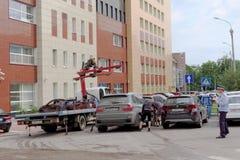 Nizhny Novgorod, Rússia - 14 de julho 2016 O caminhão de reboque municipal evacua o carro erradamente estacionado na rua de Maxim Imagens de Stock