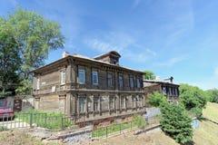 Nizhny Novgorod, Rússia - 30 de junho 2016 Construção residencial velha na escarpa 11 de Grebeshkovsky Um de madeira dilapidado Imagens de Stock
