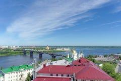 Nizhny Novgorod, Rússia - 30 de junho 2016 A descida de Pokhvalinsky Vista do seminário teológico de Nizhny Novgorod sobre o Oka  Fotografia de Stock Royalty Free
