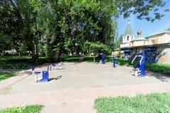 Nizhny Novgorod, Rússia - 30 de junho 2016 Do público terra de esportes pouco desenvolvida gratuitamente com os simuladores na ru Foto de Stock