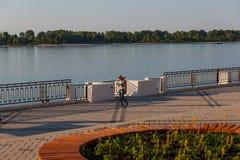 Nizhny Novgorod Rússia 20 de junho de 2018 Terraplenagem actualizado do nizhnevolzhskaya perto da estação do rio imagens de stock royalty free