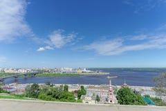 Nizhny Novgorod, Rússia - 21 de junho 2018 Vista do banco alto do Oka a Strelka que cruza o Oka e o Volga fotos de stock