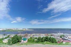 Nizhny Novgorod, Rússia - 21 de junho 2018 Vista do banco alto do Oka a Strelka que cruza o Oka e o Volga fotos de stock royalty free