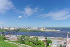 Nizhny Novgorod, Rússia - 21 de junho 2018 Vista do banco alto do Oka a Strelka que cruza o Oka e o Volga imagens de stock royalty free