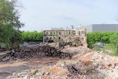 Nizhny Novgorod, Rússia - 24 de maio 2018 Demolição de uma casa de dois andares de pedra residencial abandonada na rua 2A de Sove Foto de Stock