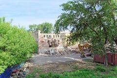 Nizhny Novgorod, Rússia - 24 de maio 2018 Demolição de uma casa de dois andares de pedra residencial abandonada na rua 2A de Sove Imagens de Stock