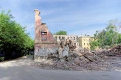 Nizhny Novgorod, Rússia - 24 de maio 2018 Demolição de uma casa de dois andares de pedra residencial abandonada na rua 2A de Sove Imagem de Stock Royalty Free