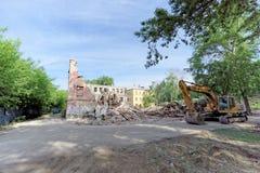 Nizhny Novgorod, Rússia - 24 de maio 2018 Demolição de uma casa de dois andares de pedra residencial abandonada na rua 2A de Sove Fotografia de Stock Royalty Free