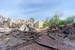 Nizhny Novgorod, Rússia - 24 de maio 2018 Demolição de uma casa de dois andares de pedra residencial abandonada na rua 2A de Sove Imagens de Stock Royalty Free
