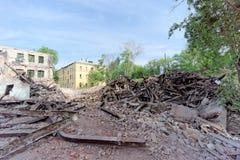 Nizhny Novgorod, Rússia - 24 de maio 2018 Demolição de uma casa de dois andares de pedra residencial abandonada na rua 2A de Sove Fotografia de Stock