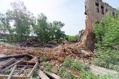Nizhny Novgorod, Rússia - 24 de maio 2018 Demolição de uma casa de dois andares de pedra residencial abandonada na rua 2A de Sove Fotos de Stock Royalty Free