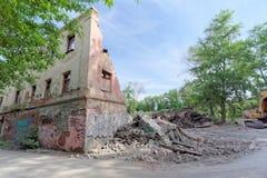 Nizhny Novgorod, Rússia - 24 de maio 2018 Demolição de uma casa de dois andares de pedra residencial abandonada na rua 2A de Sove Imagem de Stock