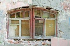 Nizhny Novgorod, Rússia - 24 de maio 2018 Demolição de uma casa de dois andares de pedra residencial abandonada na rua 2A de Sove Foto de Stock Royalty Free