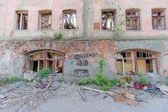 Nizhny Novgorod, Rússia - 24 de maio 2018 Demolição de uma casa de dois andares de pedra residencial abandonada na rua 2A de Sove Fotos de Stock