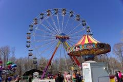 Nizhny Novgorod, Rússia - 2 de maio 2013 Ferris roda dentro o parque Imagem de Stock Royalty Free