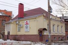 Nizhny Novgorod, Rússia - 24 de março 2017 Casa de pedra residencial na rua Gruzinskaya 7b imagens de stock